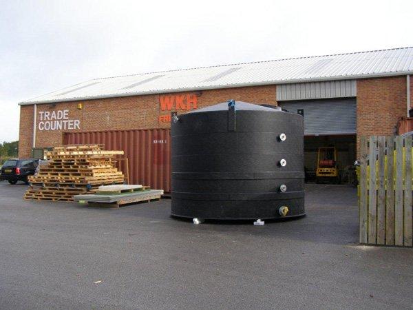 Large capacity holding tank